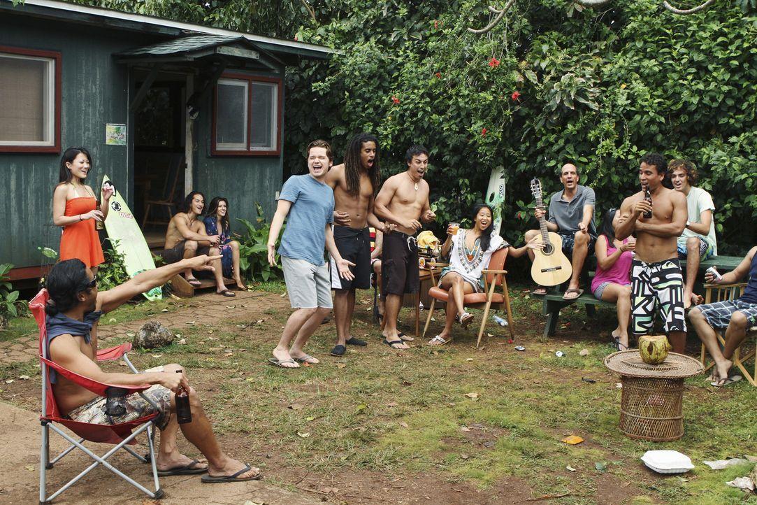 Genießt sein neues Leben auf Hawaii: Travis (Dan Byrd, 5.v.l.) ... - Bildquelle: 2010 ABC INC.