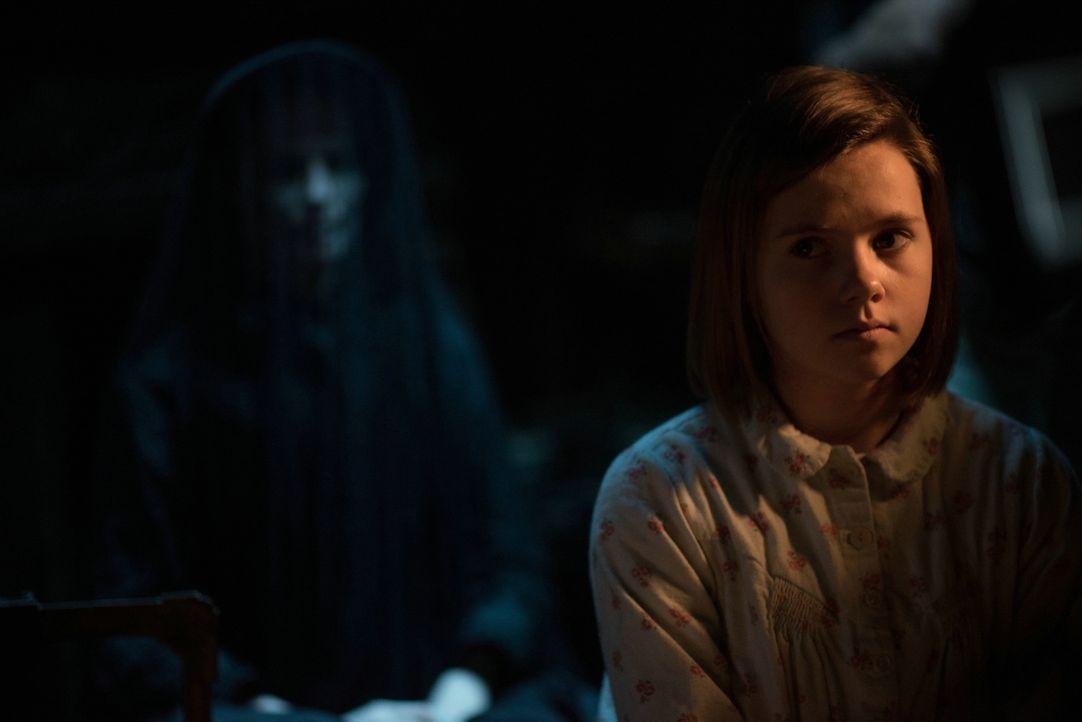 Wird auch die sonst so liebenswürdige Flora (Amelia Pidgeon) sich von der Frau in Schwarz in den Bann ziehen lassen? - Bildquelle: Nick Wall Angelfish Films Limited 2014 Photo