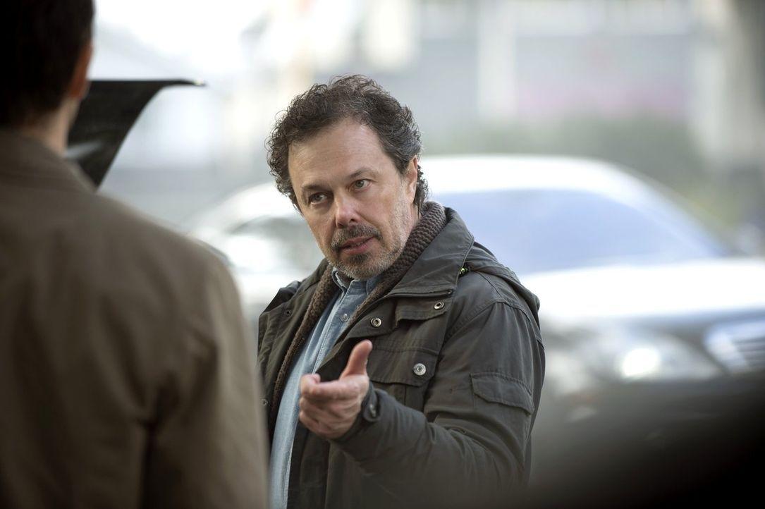 Metratron (Curtis Armstrong) versucht, Castiel auf seine Seite zu ziehen. Doch wird dieser dem betrügerischen Engel wirklich erneut in die Falle tap... - Bildquelle: 2013 Warner Brothers