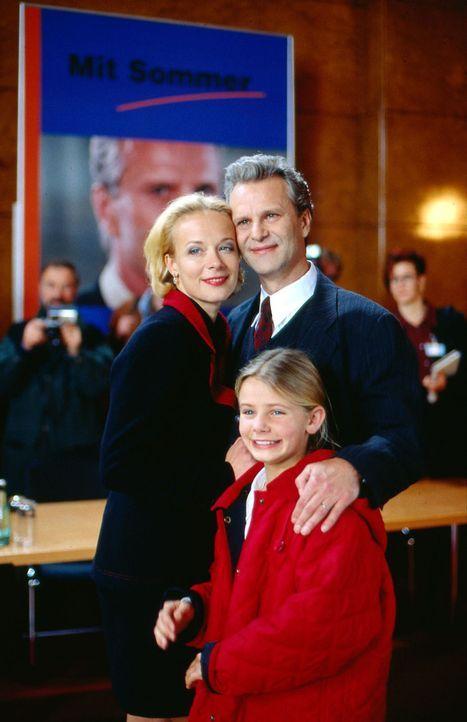 Der gefeierte Spitzenkandidat Peter Sommer (Peter Sattmann, r.) stellt sich mit seiner Frau Franziska (Katja Riemann, l.) und seiner Tochter Katja (... - Bildquelle: Thorsten Jander Sat.1