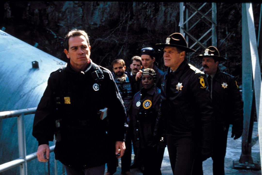 Marshall Gerard (Tommy Lee Jones, vorne l.) und sein Team sind dem zum Tode verurteilten Dr. Kimble dicht auf den Fersen ... - Bildquelle: Warner Brothers International Television Distribution Inc.