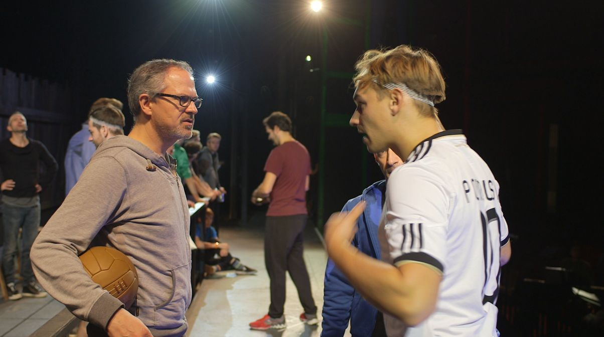 21_Oktober_Bu¦êhnenprobe_Regiesseur Gil Mehmert mit Dominik Hees-spielt Helmut Rahn