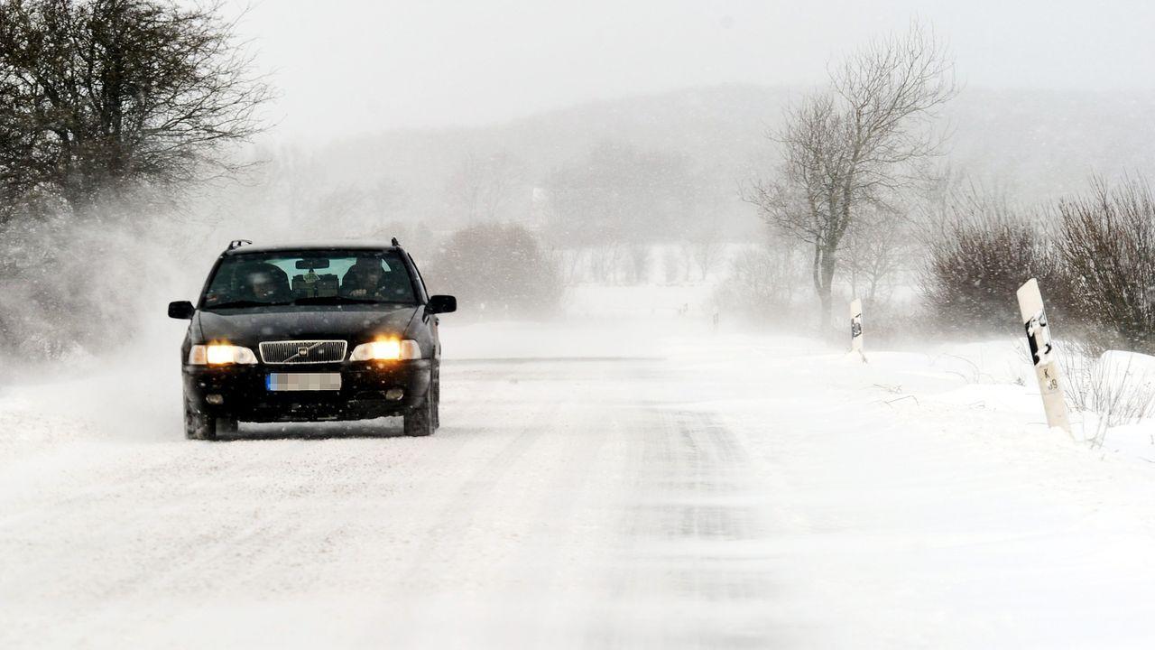 winterspecial-auto-schneegestöber-10-12-01-dpa - Bildquelle: dpa