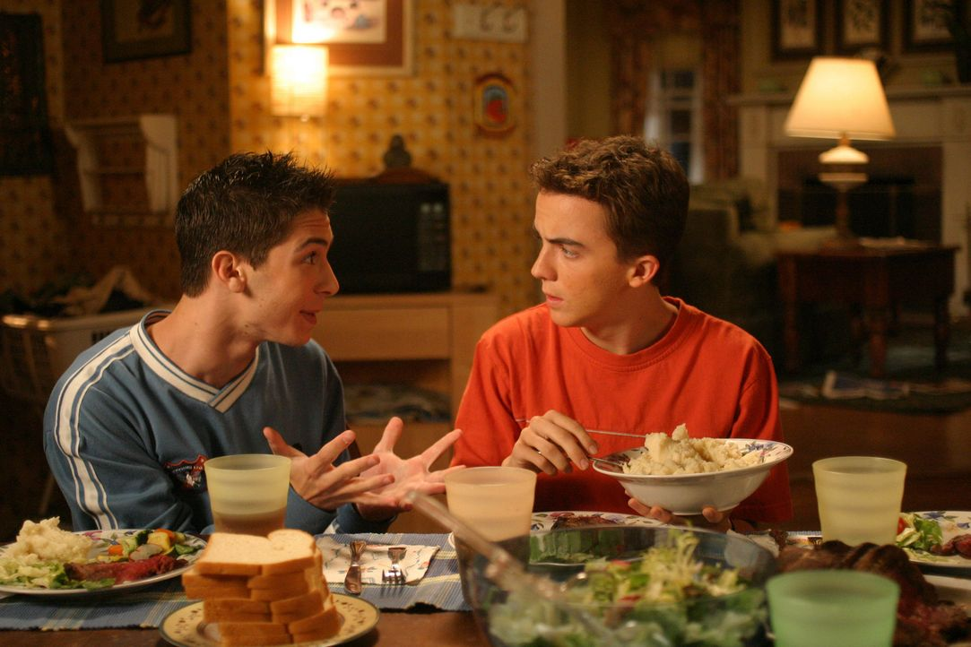 Reese (Justin Berfield, l.) vertraut seinem Bruder Malcolm (Frankie Muniz, r.) sein chaotisches Liebesleben an ... - Bildquelle: TM +   2000 Twentieth Century Fox Film Corporation. All Rights Reserved.