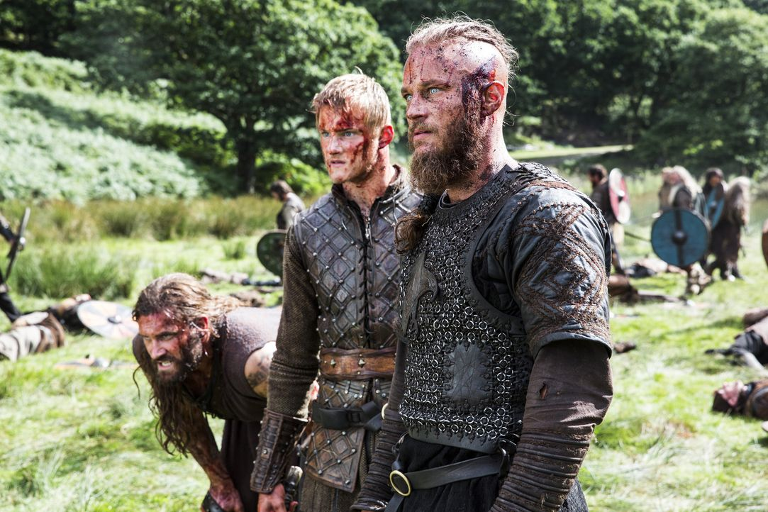 Gehen Bjorn (Alexander Ludwig, M.), Rollo (Clive Standen, l.) und Ragnar (Travis Fimmel, r.) als Sieger aus dem Kampf gegen Jarl Borg? - Bildquelle: 2014 TM TELEVISION PRODUCTIONS LIMITED/T5 VIKINGS PRODUCTIONS INC. ALL RIGHTS RESERVED.