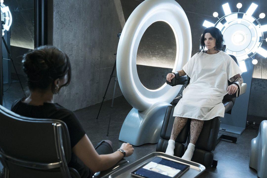 Kaum gefangengenommen, da injiziert NSA-Agentin Nas Kamal (Archie Panjabi, l.) Jane (Jaimie Alexander, r.) eine radioaktive Flüssigkeit, die garanti... - Bildquelle: Warner Brothers