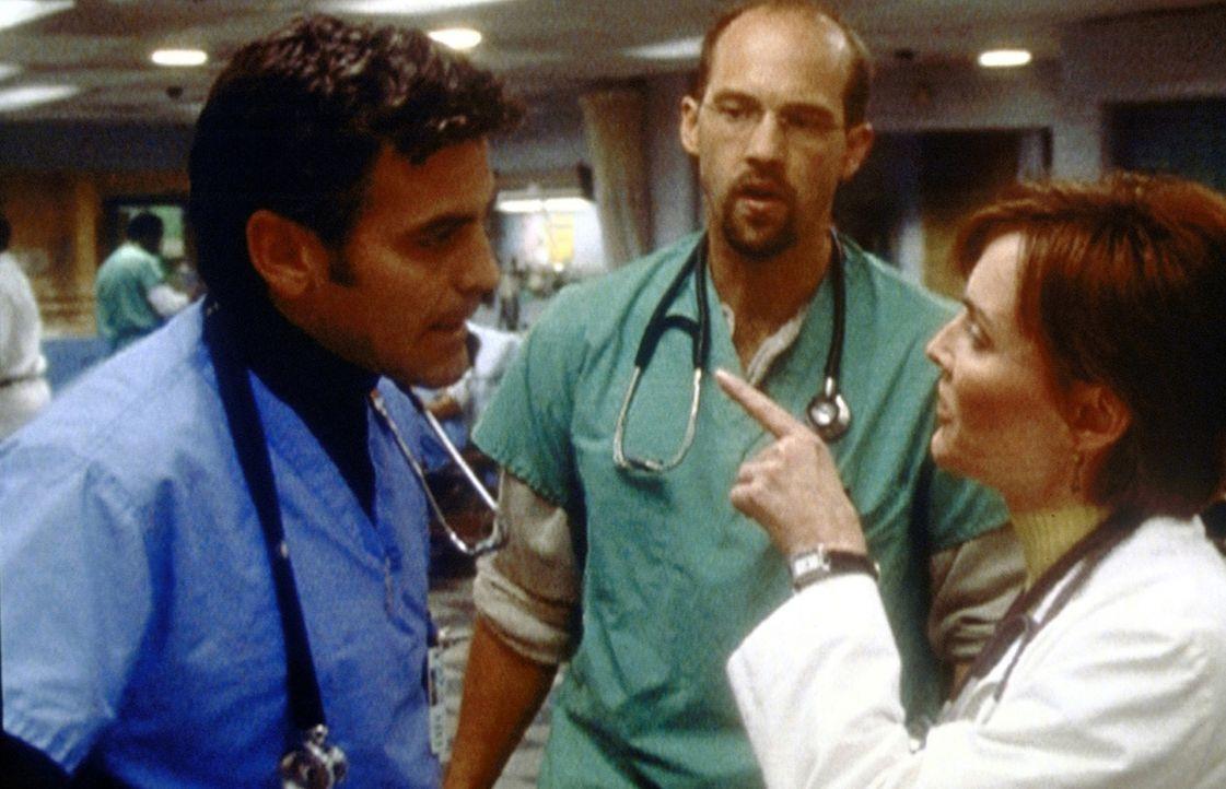 Ross (George Clooney, l.) ist wütend auf Weaver (Laura Innes, r.) ... - Bildquelle: TM+  2000 WARNER BROS.