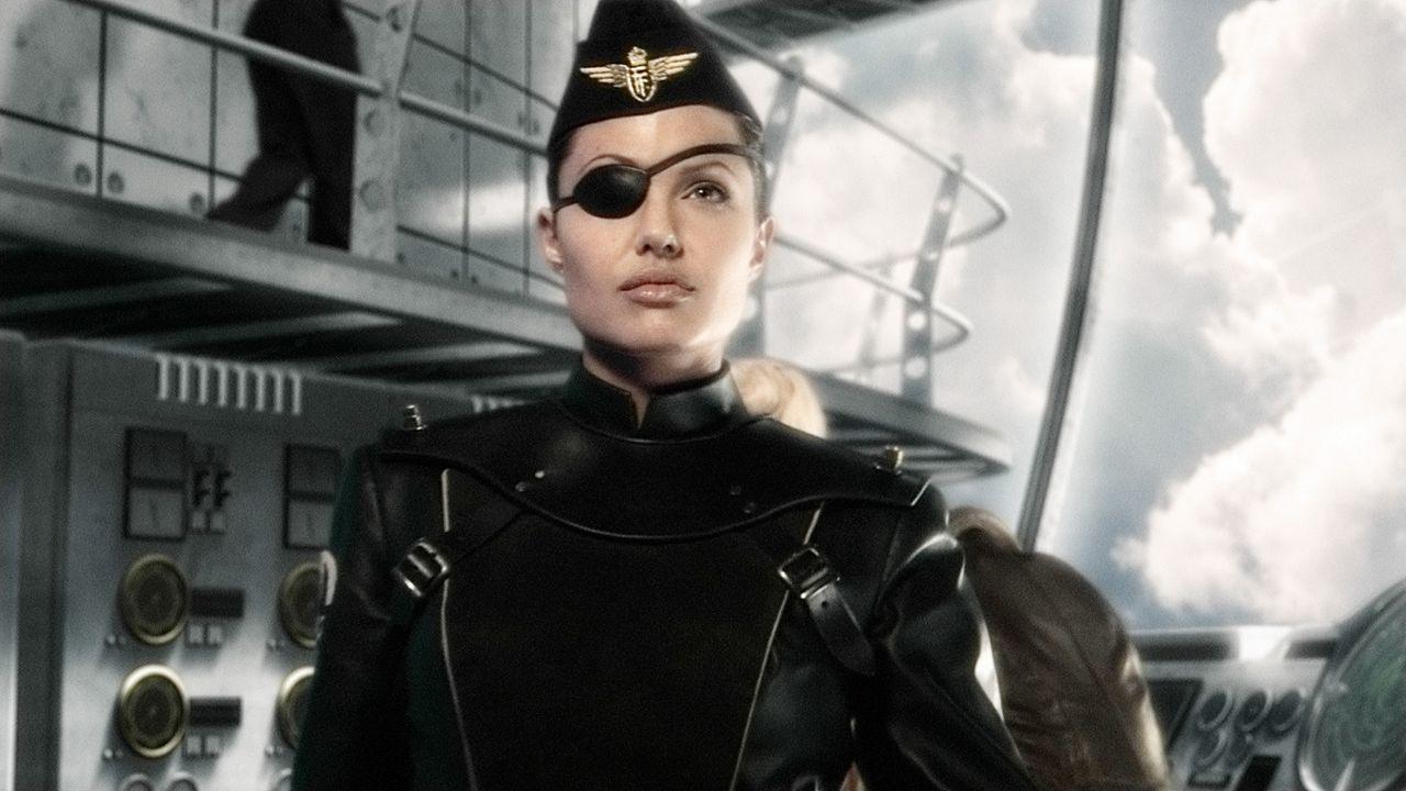 Am anderen Ende der Welt angekommen, gelingt es Polly und Sky Captain Joe Sullivan mit der Hilfe von Navy-Kommandantin Franky Cook (Angelina Jolie)... - Bildquelle: TM & Copyright   Brooklyn Films II And Filmauro S.R.L.