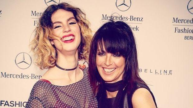 Larissa Kerner und Nena lachend auf dem roten Teppich