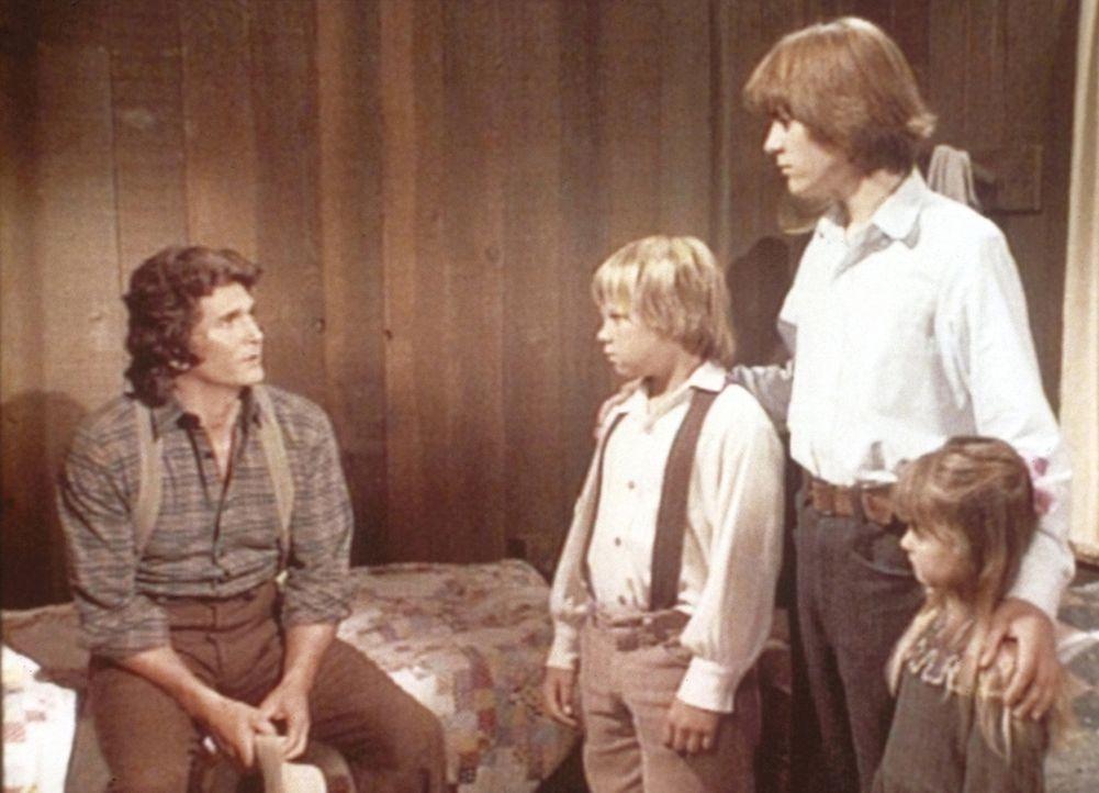Charles (Michael Landon, l.) muss den drei Waisen Carl (Brian Part, 2.v.l.), Jason (Sheldon Allman, 2.v.r.) und Alicia (Kyle Richards, r.) mitteilen... - Bildquelle: Worldvision