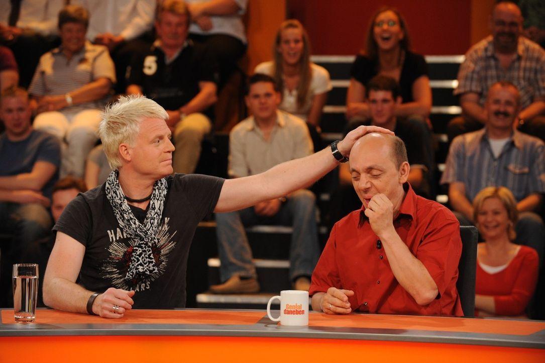 Guido Cantz (l.) tröstet Bernhard Hoëcker (r.) ... - Bildquelle: Sat.1