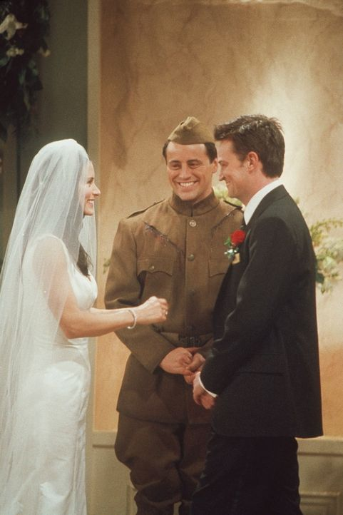 Joey (Matt LeBlanc, M.) ist gerade noch rechtzeitig gekommen, um Monica (Courteney Cox, l.) und Chandler (Matthew Perry, r.) zu trauen ... - Bildquelle: TM+  2000 WARNER BROS.