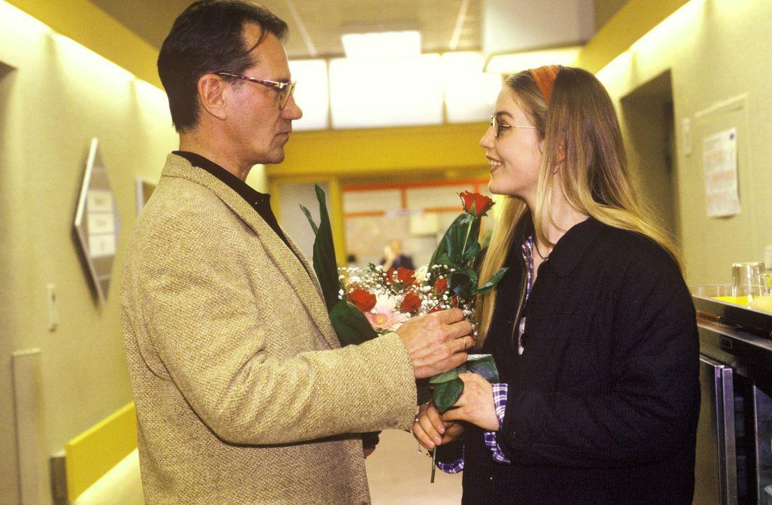 Berthold Kunz (Manfred Lehmann, l.) muss die Neuigkeit erst einmal verdauen: Er hat eine 18-jährige Tochter namens Annegret (Susanne Gärtner, r.)! - Bildquelle: Noreen Flynn Sat.1