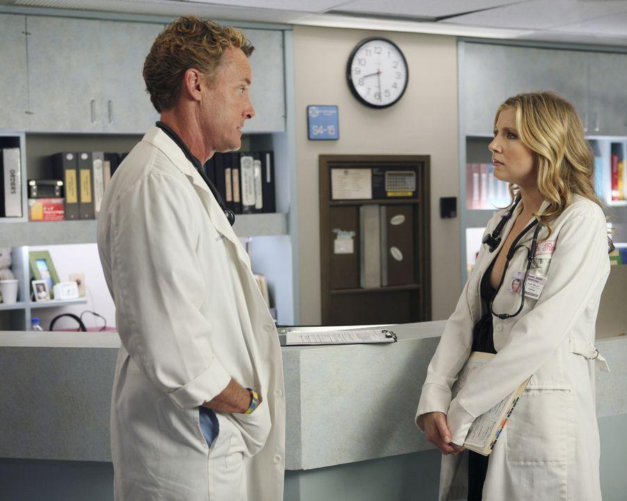 Sie geraten wieder einmal aneinander: Elliott (Sarah Chalke, r.) wirft Dr. Cox (John C. McGinley, l.) vor, dass er ein Heuchler ist ... - Bildquelle: Touchstone Television