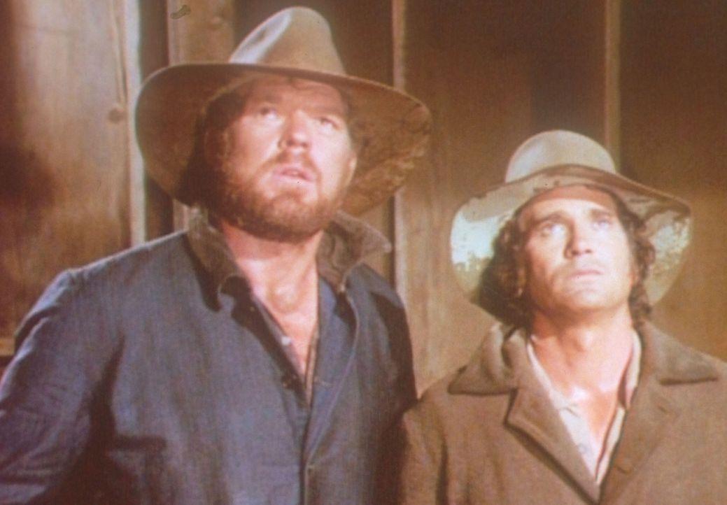 Charles (Michael Landon, r.) und Jonathan (Merlin Olsen, l.) müssen in einer feuchten Pferdehütte übernachten. - Bildquelle: Worldvision