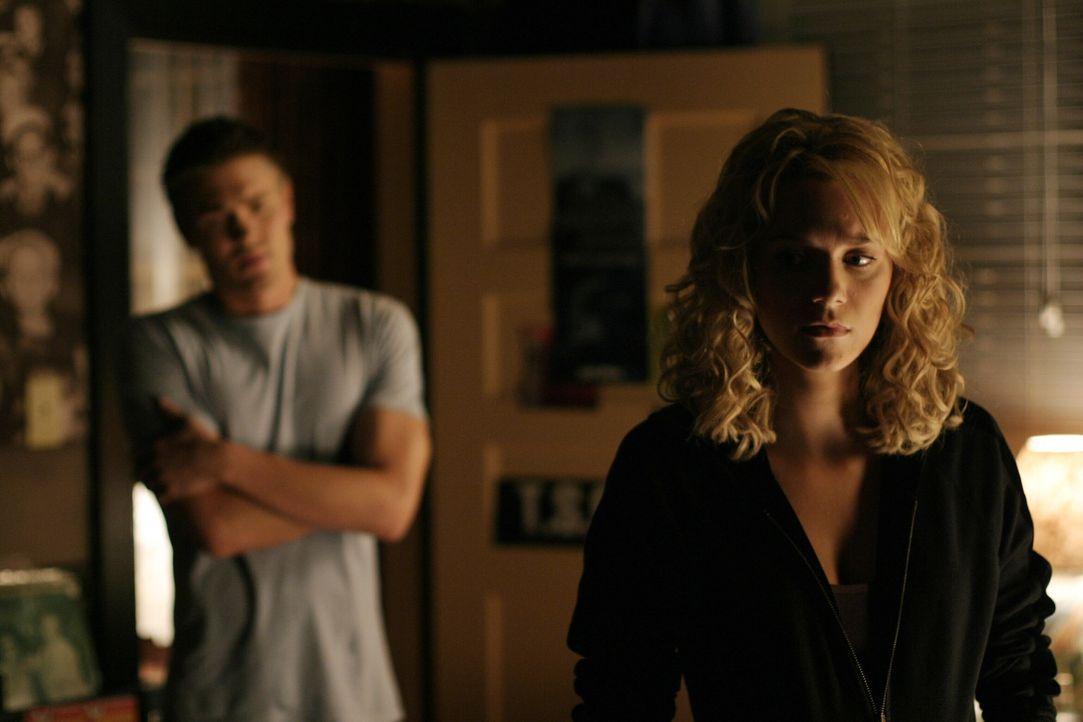 Lucas (Chad Michael Murray, hinten) versteht Peytons (Hilarie Burton, vorne) Aufregung, denn die Begegnung mit ihrer Mutter setzt ihr noch immer sta... - Bildquelle: Warner Bros. Pictures