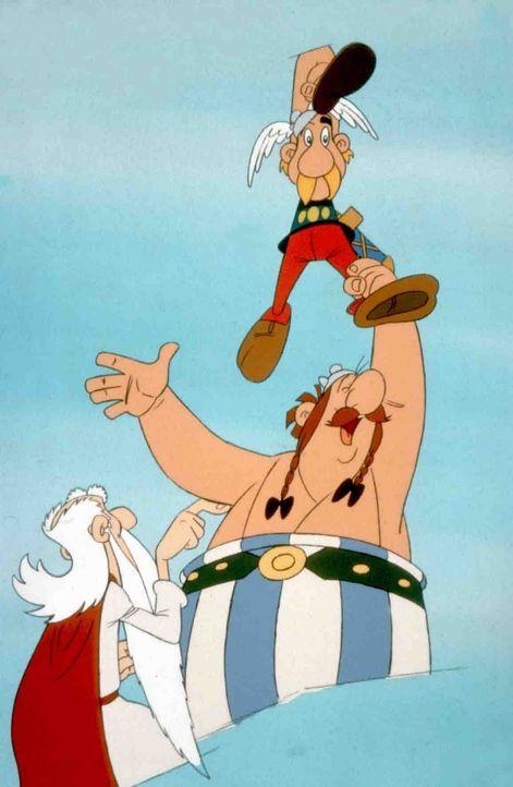 Operation Hinkelstein ist geglückt: Miraculix (l.), Asterix (oben) und Obelix (r.) ... - Bildquelle: Jugendfilm-Verleih GmbH