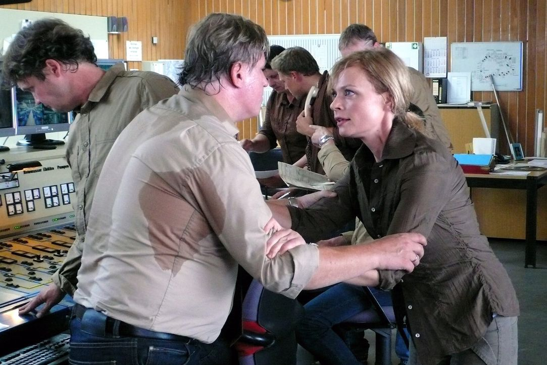 Martina (Susanna Simon, r.) versucht Kowalke (Arved Bierbaum, l.) davon zu überzeugen, dass die Pumpen abgestellt werden müssen, bevor es zu einer g... - Bildquelle: Stephanie Kulbach Sat.1