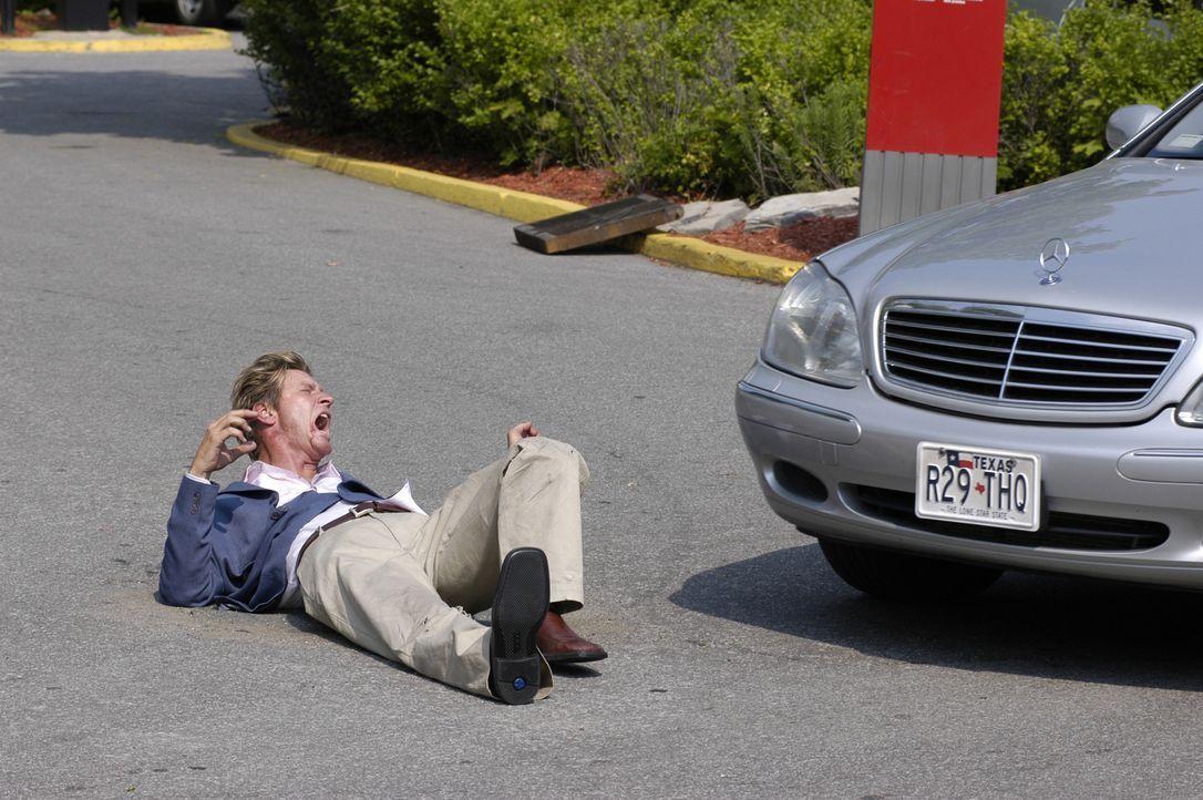 Gerät unter ein Auto: David Harris ( Brett Cullen) ... - Bildquelle: 2004 Sony Pictures Television Inc. All Rights Reserved.