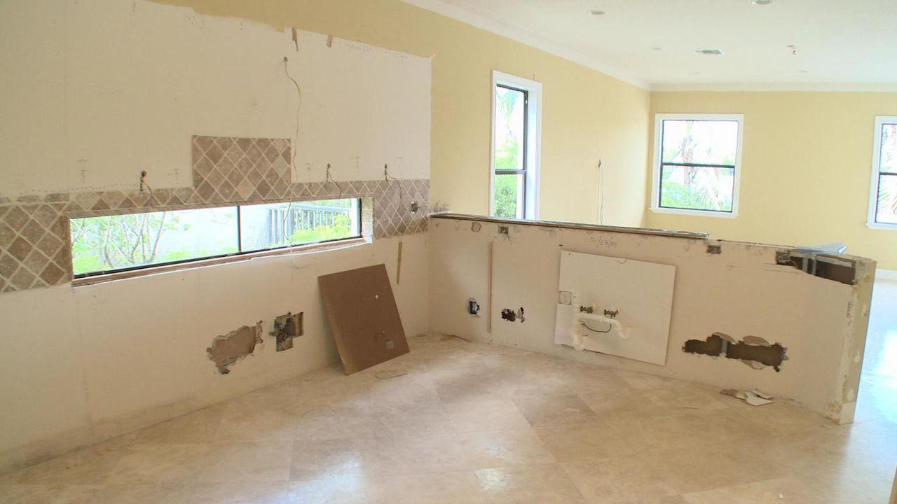 Das Herz des Hauses, die Küche, verdient besonders viel Aufmerksamkeit. Gelingt es dem Team, die schäbige Küche in einen Ort zu verwandeln, in dem s... - Bildquelle: 2010, DIY Network/Scripps Networks, LLC.  All Rights Reserved