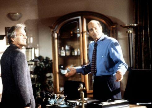 Diagnose: Mord - Dr. Donati (Alan Rachins, r.) beruhigt seinen Komplizen Jack...