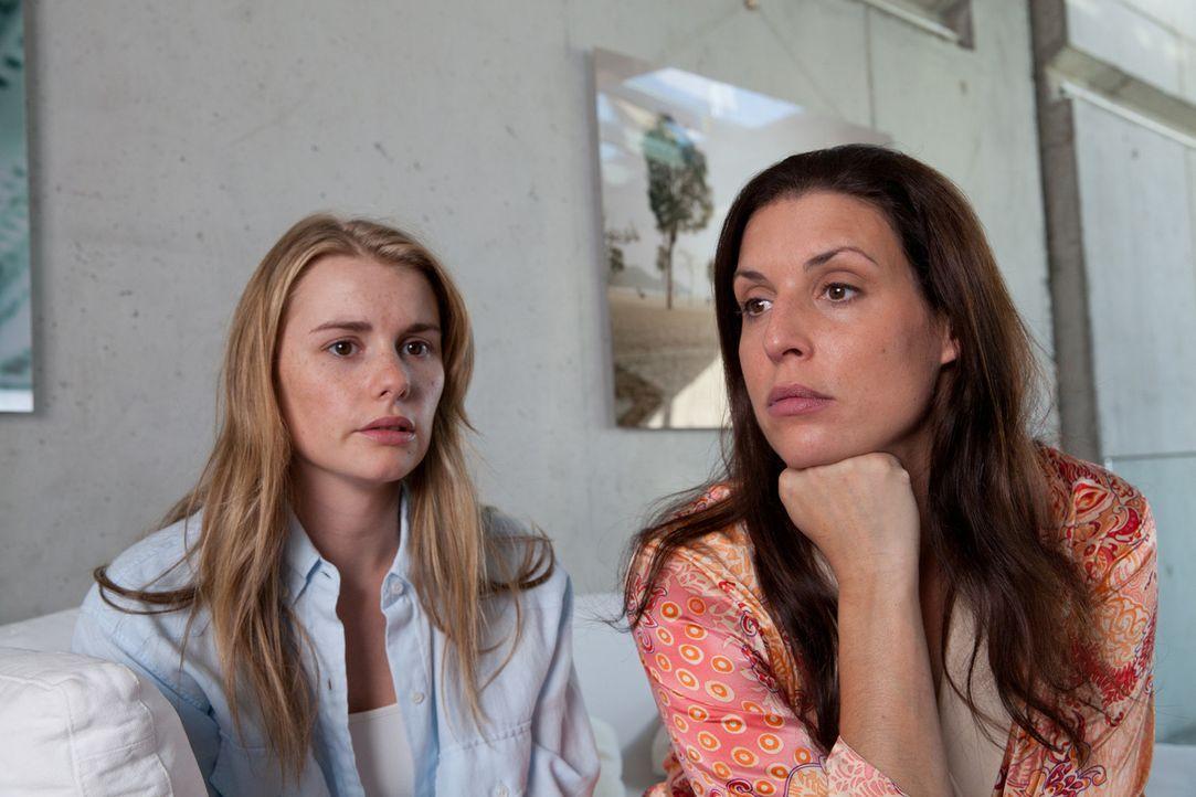Sybille (Elena Uhlig, r.) steht vor einem Rätsel: Innerhalb weniger Stunden ist ihre beste Freundin Claire, Mutter zwei pubertierender Kinder, zu e... - Bildquelle: Maor Waisburd SAT.1