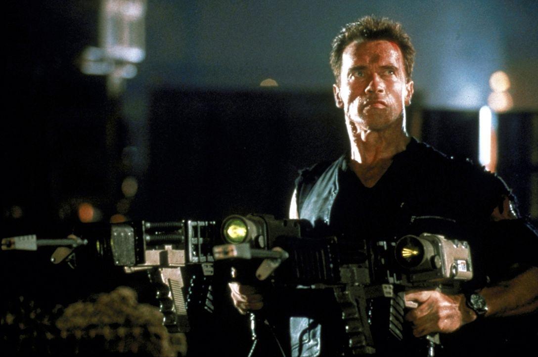 Eines Tages wird John (Arnold Schwarzenegger) beauftragt, eine neue Kronzeugin zu übernehmen, die über höchst brisante Informationen verfügt ... - Bildquelle: Warner Brothers International Television Distribution Inc.