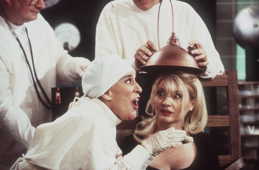 Zelda (Beth Broderick, r.) soll in ein Huhn verwandelt werden. - Bildquelle: Paramount Pictures