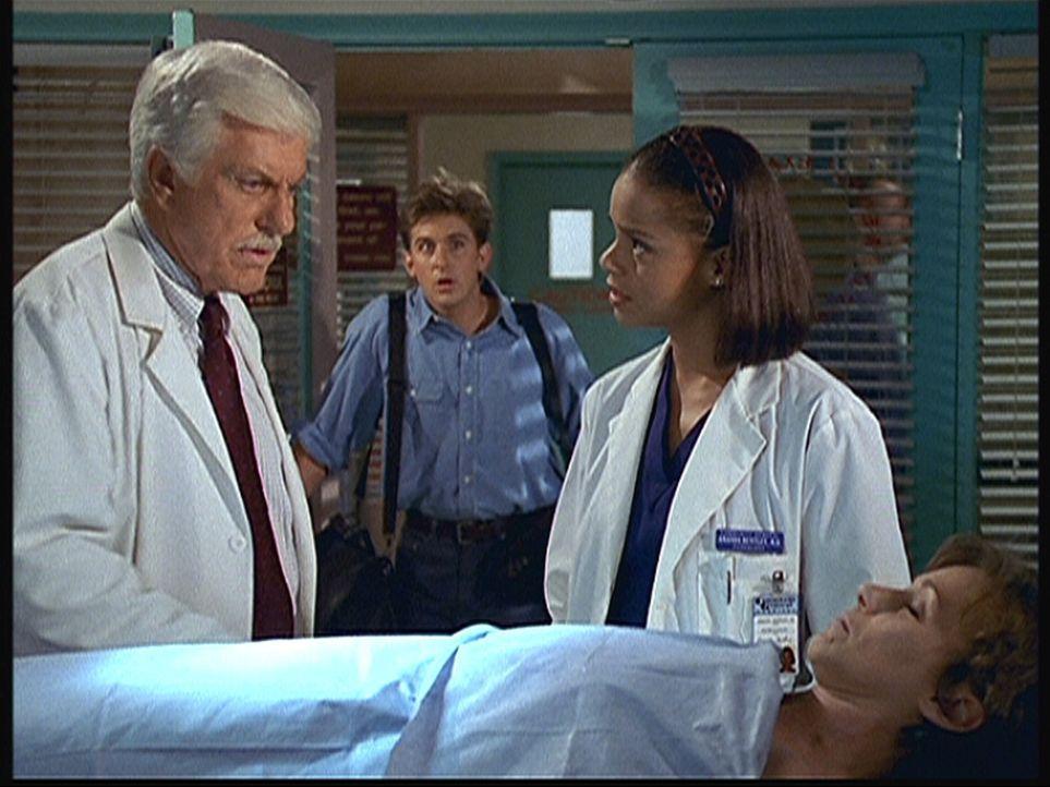 (v.l.n.r.) Mark (Dick Van Dyke), Jesse (Charlie Schlatter) und Amanda (Victoria Rowell) sind sehr besorgt um Rachel (Michele Greene), die einen Herzanfall erlitten hat.