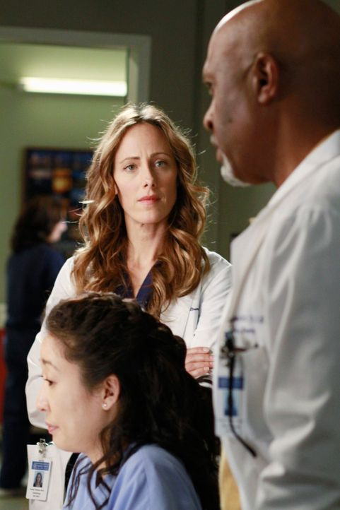 Versuchen alles, um Leben zu retten: Cristina (Sandra Oh, l.), Teddy (Kim Raver, M.) und Richard (James Pickens, Jr., r.) ... - Bildquelle: ABC Studios