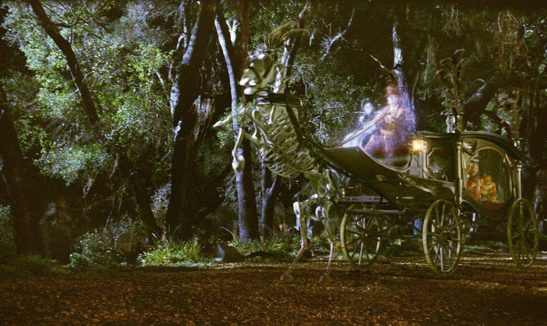 Jetzt schlägt's 13! Die Geister Ezra (Wallace Shawn, r.) und Emma (Dina Spybey, l.) haben die Faxen dicke und nehmen das Problem selbst in die Hand... - Bildquelle: Buena Vista Pictures Distribution