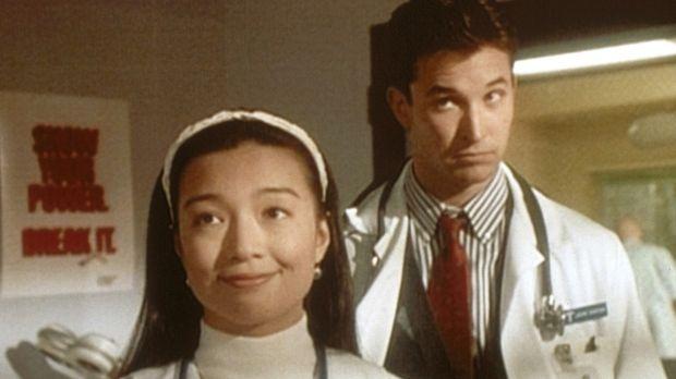 John Carter (Noah Wyle, r.) hört missmutig, wie Deb (Ming-Na Wen, l.) für ihr...