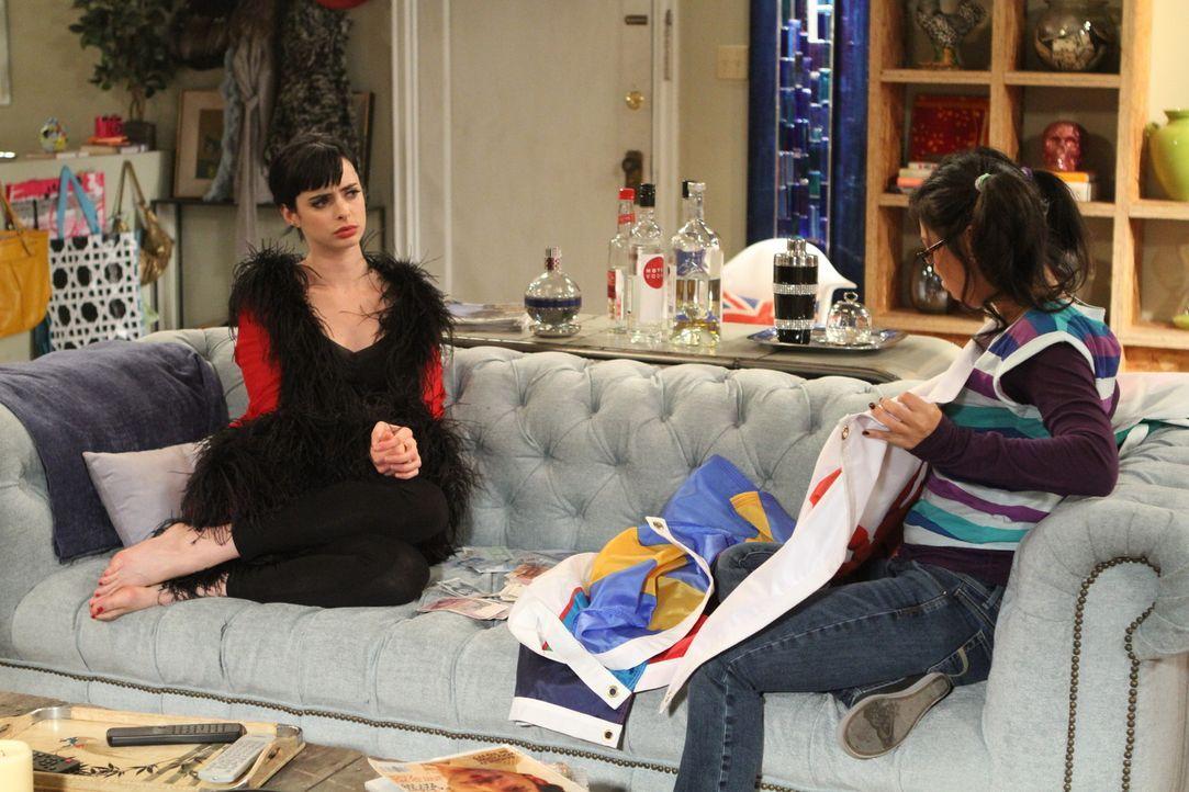 Wie schlau sie doch ist: Robin (Liza Lapira, r.) testet Chloes (Krysten Ritter, l.) Wissen über Flaggen ... - Bildquelle: 2012 American Broadcasting Companies. All rights reserved.