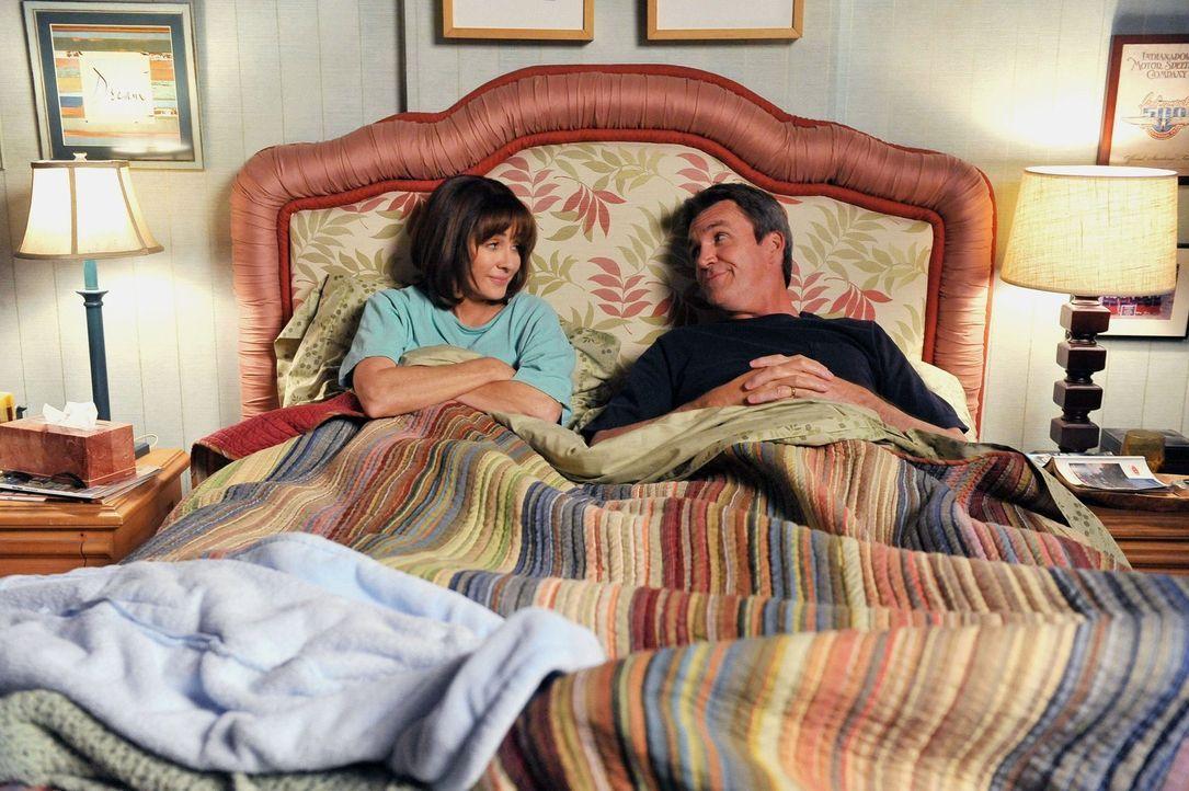 Während Mike (Neil Flynn, r.) sich für die glücklose Sue einsetzt, muss Frankie (Patricia Heaton, l.) mit Bricks Eigenheiten klarkommen ... - Bildquelle: Warner Brothers