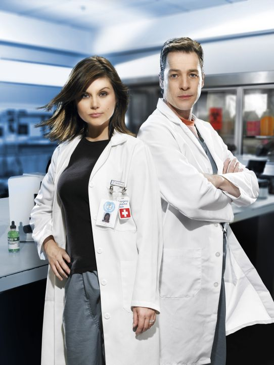 Im Wettlauf mit der Zeit: die Epidemiologen Kayla Martins (Tiffani Thiessen, l.) und Carl Ratner (French Stewart, r.) ... - Bildquelle: 2006 RHI Entertainment Distribution, LLC