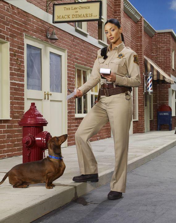 """(3. Staffel) - Deputy Sheriff von Eureka, Josefina """"Jo"""" Lupo (Erica Cerra), nimmt ihre Arbeit ernst ... - Bildquelle: Universal Television"""