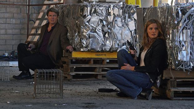 Castle (Nathan Fillion, l.) und Beckett (Stana Katic, r.) finden sich plötzli...