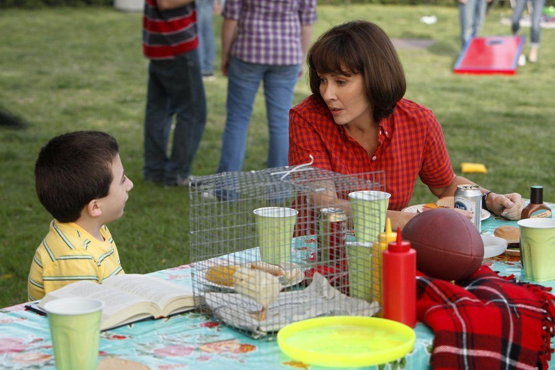 Während Frankie (Patricia Heaton, r.) in mütterlicher Sorge um Axl aufgeht, spielt Brick (Atticus Shaffer, l.) die Ziehmutter für ein Küken ... - Bildquelle: Warner Brothers