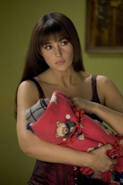 Kaum hält sie das Neugeborene im Arm, da beginnt auch schon eine gnadenlose Hatz auf sie: Donna (Monica Bellucci) ... - Bildquelle: 2007 Warner Brothers International