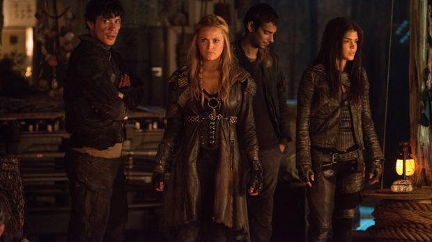 Während Bellamy (Bob Morley, l.), Clarke (Eliza Taylor, 2.v.l.), Jasper (Devo...