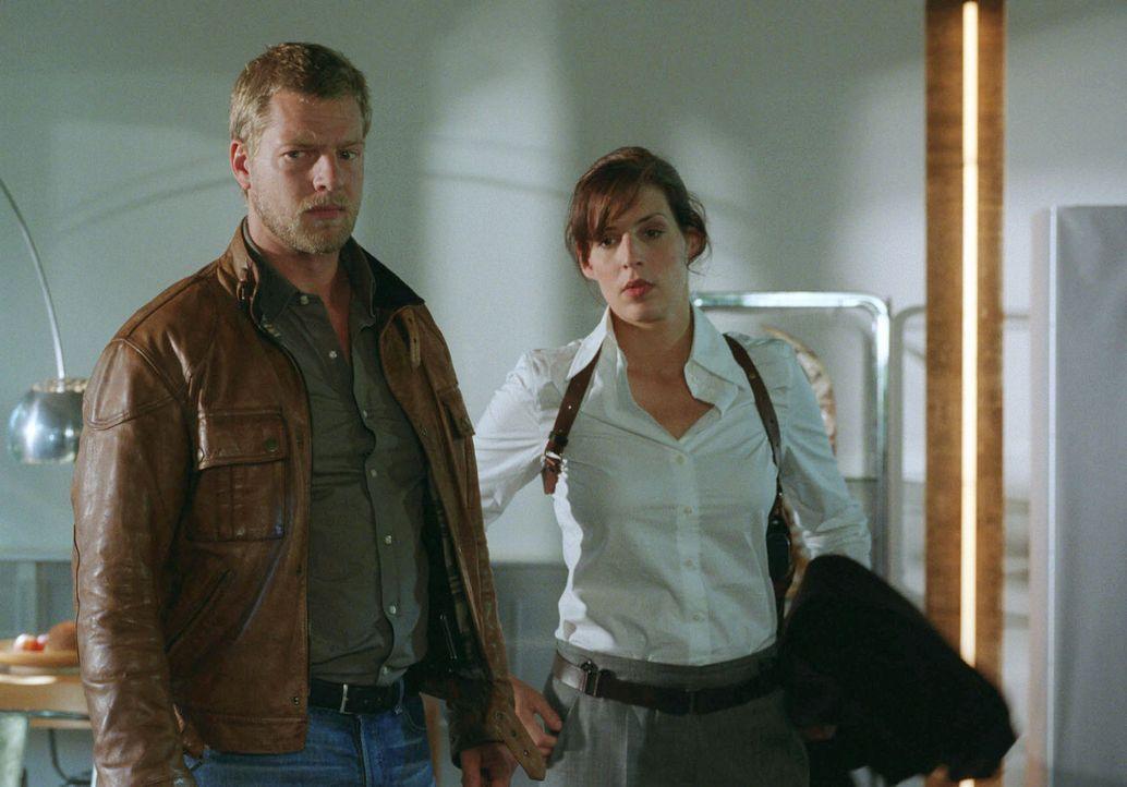 Nina (Elena Uhlig, r.) und Leo (Henning Baum, l.) werden zum Tatort gerufen. Ein Mann wurde in seinem Haus erschlagen aufgefunden. Die Untersuchung... - Bildquelle: Sat.1