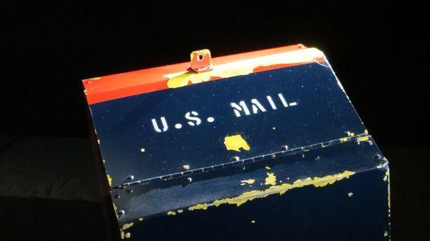 Don Wildman untersucht einen Briefkasten, der einst der Schwerkraft trotzte ....