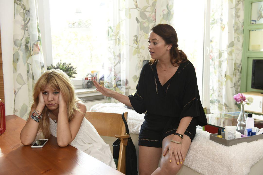 Mila (Susan Sideropoulos, l.) hat große Sorgen, denn aus dem Casual Sex mit Ralph wurde nichts, Titten-Tobi steht unangemeldet vor ihrer Tür und ein... - Bildquelle: Christoph Assmann SAT.1