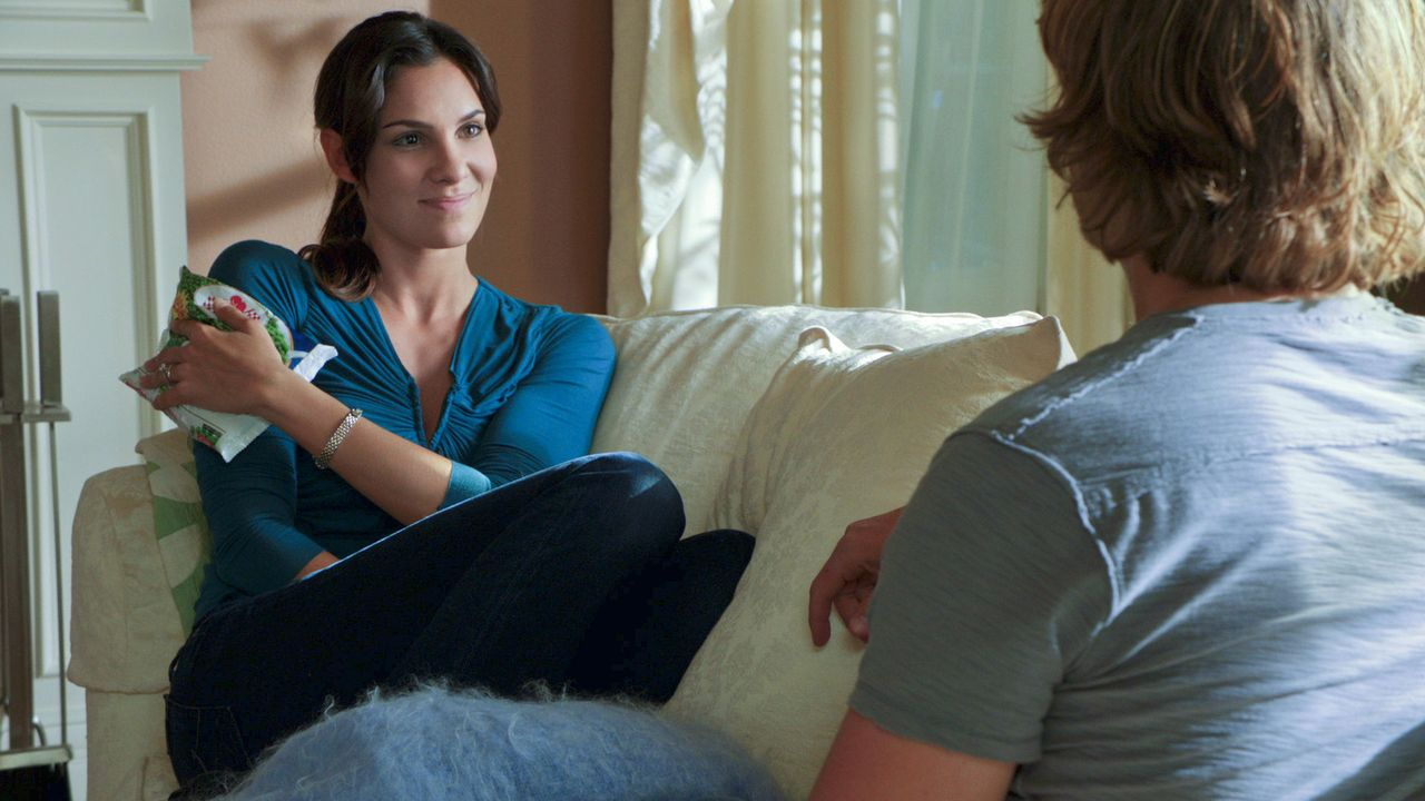 Ermitteln undercover als Ehepaar in einer Vorort-Siedlung: Kensi (Daniela Ruah, l.) und Deeks (Eric Christian Olsen, r.) ... - Bildquelle: CBS Studios Inc. All Rights Reserved.