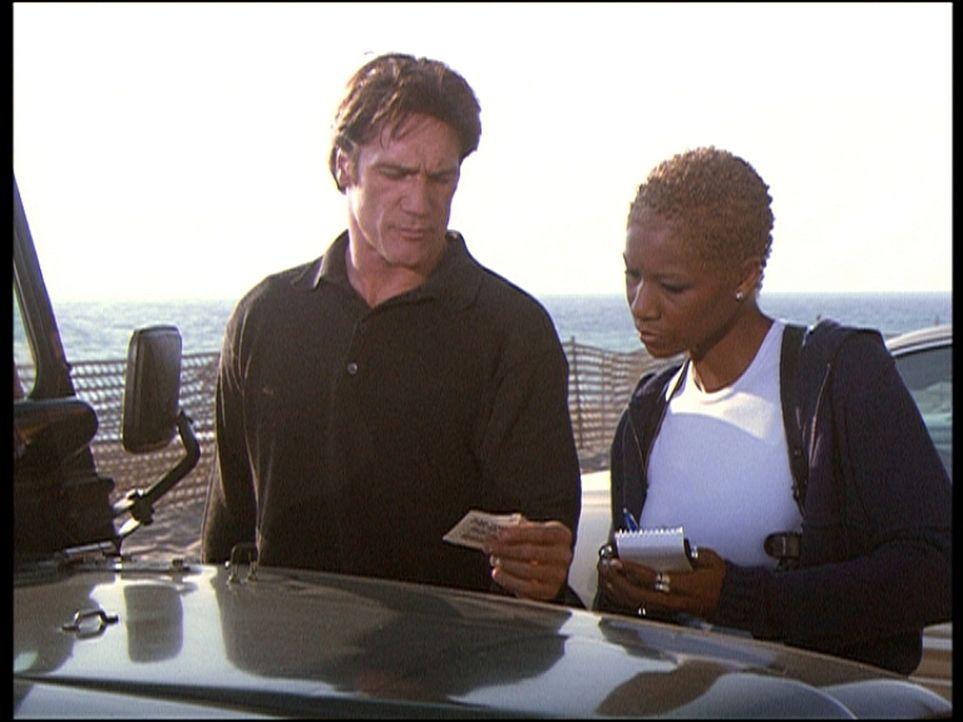 Steve Sloan (Barry Van Dyke, l.) und seine Kollegin Cheryl Banks (Charmin Lee, r.) vergleichen die Zeitangaben auf den Parkscheinen, um so vielleich... - Bildquelle: Viacom