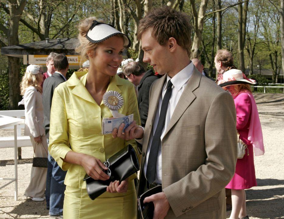 Die gewiefte Sabrina (Nina-Friederike Gnädig, l.) kann dem verknallten Jürgen (Oliver Bokern, r.) seinen gesamten Gewinn abschwatzen.