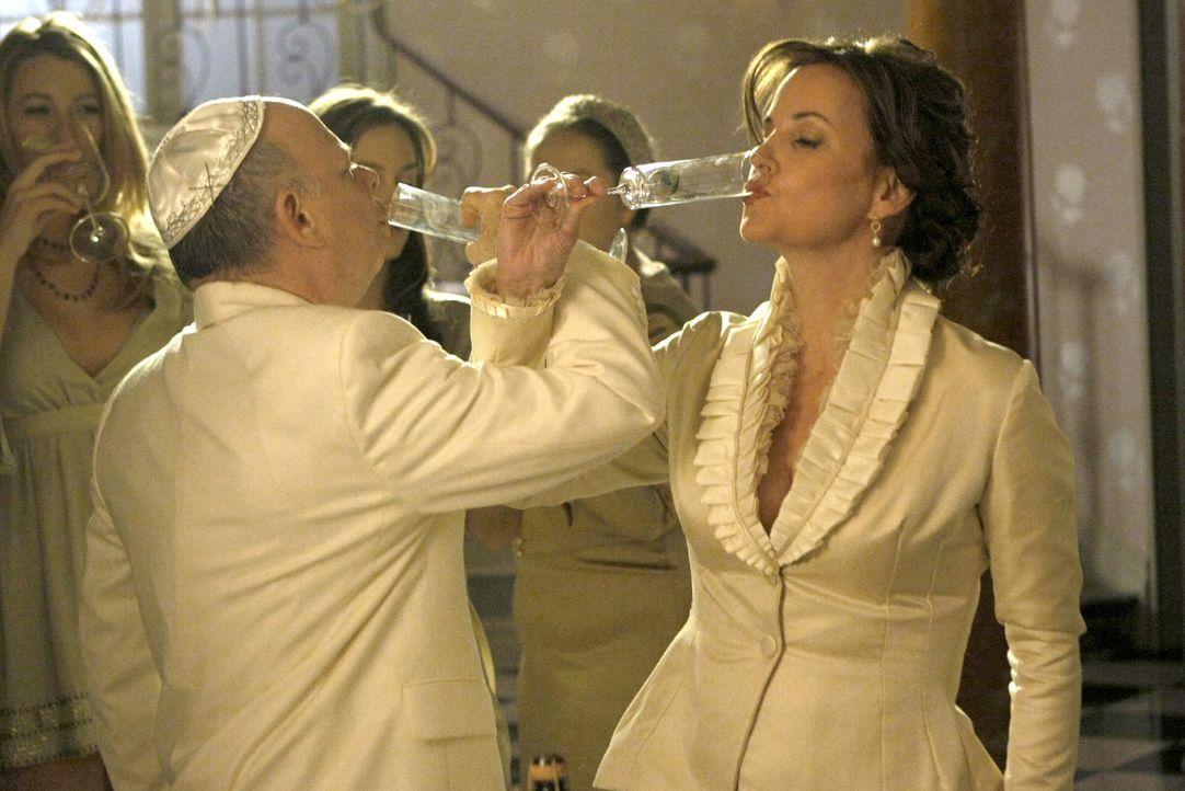 Besiegeln ihre Liebe mit der Heirat: Eleanor (Margaret Colin, r.) und Cyrus (Wallace Shawn, l.) ... - Bildquelle: Warner Brothers
