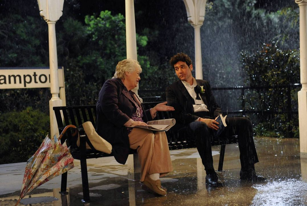 Ted (Josh Radnor, r.) bekommt von Bernice (Judith Drake, l.) Ratschläge in Sachen Liebe ... - Bildquelle: 2014 Twentieth Century Fox Film Corporation. All rights reserved.