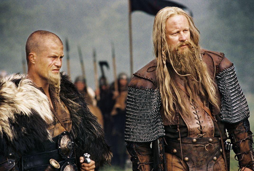 Den Sachsenhäuptling (Stellan Skarsgård, r.) und seinen Sohn Cynric (Til Schweiger, l.) drücken mal wieder Expansionsgelüste. Mit ihrer barbarischen... - Bildquelle: TOUCHSTONE PICTURES & JERRY BRUCKHEIMER FILMS, INC. ALL RIGHTS RESERVED.