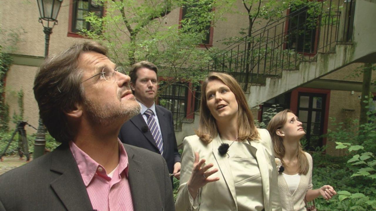 (v.l.n.r.) Richard W., Olivier P., Jennifer P. und Anuschka W. besichtigen die Immobilie von außen ... - Bildquelle: SAT.1